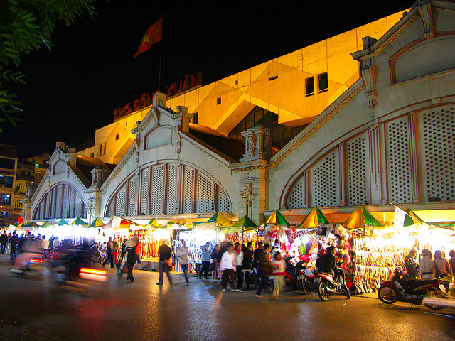 Dong Xuan Market at night
