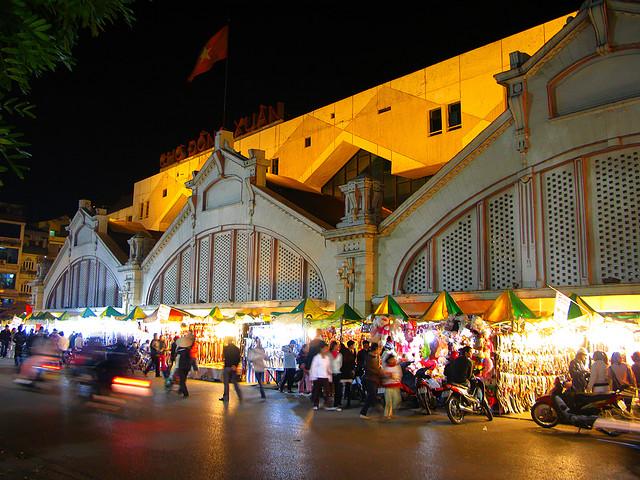 Dong Xuan Market at night
